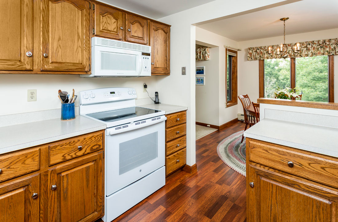 Kitchen-and-dining-at-Parkwood-Apartments